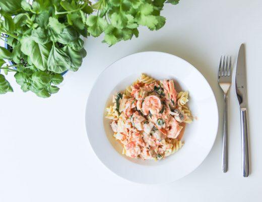 pasta met roomkaas tomaat verse kruiden en garnalen